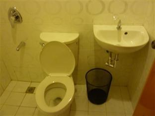 Blue Velvet Hotel & Cafe Davao City - Bathroom