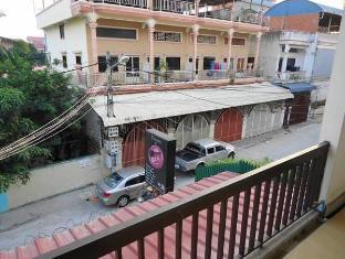 Mad House Phnom Penh - Surroundings