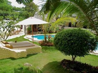 Charts Resort & Art Cafe Panglao Island - גינה