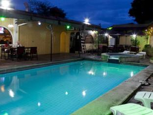 Phoenix Hotel Angeles / Clark - Swimming Pool