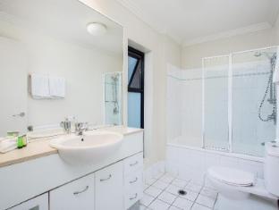 Republic Serviced Apartments Brisbane - 3 Bedroom Apartment Bathroom