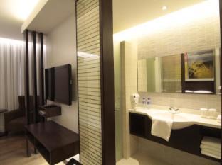 Century Hotel Angeles / Clark - Deluxe Room Bathroom