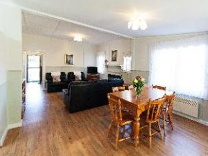 Over Country Gate Cottage & Studio- Springbank (Country Gate Cottage & Studio- Springbank)