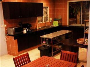 Planet Borneo Lodge Kuching - View of Kitchen