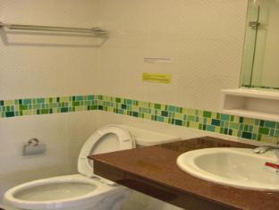 Eightville Bangkok - Studio King Bed Bathroom
