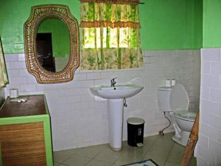 Ravenala Resort Moalboal - Family Room Bathroom