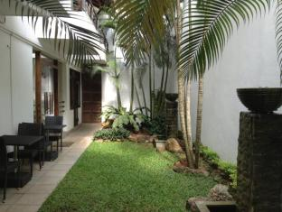 D Villas Colombo - Side view of the garden