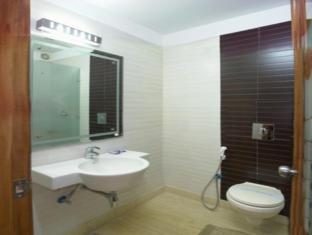 Hotel Apra Deluxe New Delhi and NCR - Bathroom