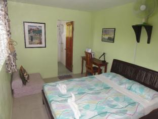 Sea Turtle House Moalboal - Great and very comfortable king size bed in Royal Athletes Room