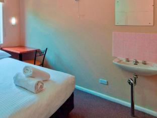 Victor Lodge B&B Guesthouse Canberra - Double Room has washbasin and small table