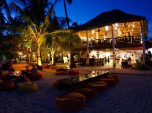 Ocean Vida Resort Malapascua Island - Beach in the evening