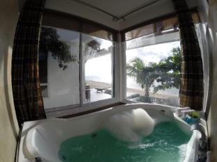 Kingfisher Sand Sea Surf Resort Pagudpud - Gästezimmer