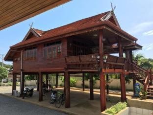 Elephant Guesthouse Phuket - Big thai house