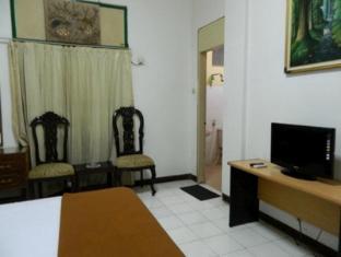 Hotel Tirtonadi Permai Solo (surakarta) - Kamar Tidur