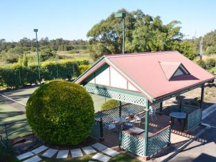 McNevins Logan Park Motel Brisbane - Tennis Court & Gazebo