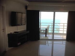 Vtsix Condo Rentals at View Talay 6 Pattaya Pattaya - Royal 2 Bed living Room