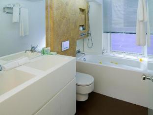 V Wanchai Hotel Hong Kong - Studio Bathroom
