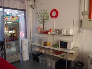 Woke Home Capsule Hostel Singapore - Shared Kitchen