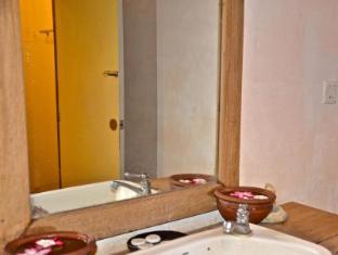 Aung Mingalar Hotel Bagan - Public Shower