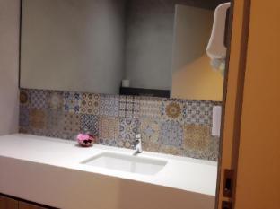 Champion Hotel Singapore - Bathroom