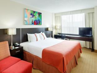 Holiday Inn Hotel and Suites Toronto Downtown Centre Toronto (ON) - King Bed Guest Room