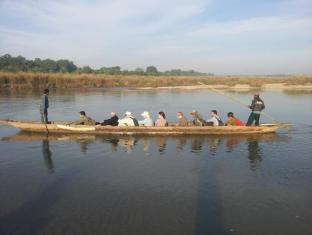 Hotel River Side Chitwan - Canoe ride