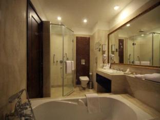 Country Inn & Suites By Carlson, Satbari New Delhi - Badkamer