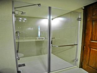 Sai Palace Inn Mumbai - Shower
