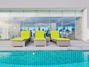Park Avenue Changi Hotel Singapore - Swimming Pool