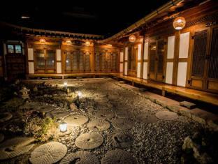 /fr-fr/bukyungdang-hanok-guesthouse/hotel/jeonju-si-kr.html?asq=vrkGgIUsL%2bbahMd1T3QaFc8vtOD6pz9C2Mlrix6aGww%3d