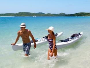 Hamilton Island Beach Club Resort Whitsunday Islands - Kayaking couple on Whitehaven Beach