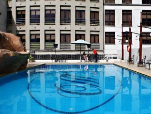 Merdeka Palace Hotel & Suites Kučingas - Baseinas