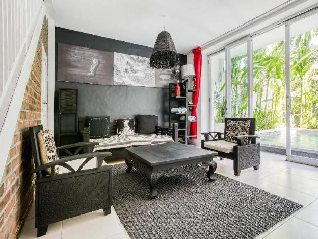 Loft-style villa with easy access to the beach, local cafes, restaurants, and shopping