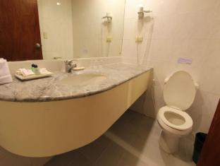 Atrium Hotel Manila - Bathroom