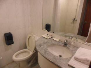 Atrium Hotel Manila - 2 Bedroom Suite Bathroom