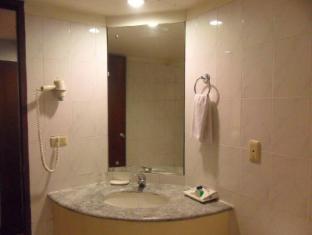Atrium Hotel Manila - 1 Bedroom Suite Bathroom