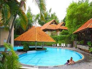 Equator Hotel Surabaya - Swimming Pool