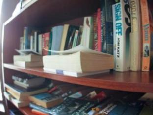 Wellywood Backpackers Wellington - Library