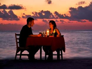 Makunudu Island Resort Maldives Islands - Beach Dining