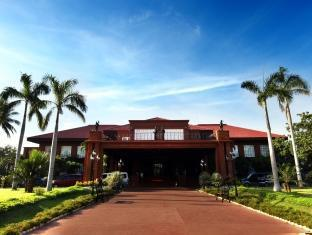 Fort Ilocandia Resort Hotel לאוהג - בית המלון מבחוץ