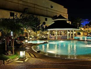 Waterfront Cebu City Hotel and Casino Cebu City - Swimmingpool
