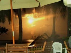サラスドゥー サーフ キャンプ (Thulusdhoo Surf Camp)