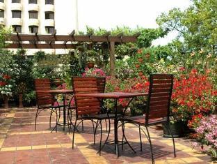 Hotel Sapphire Colombo - Pool Sitting Area