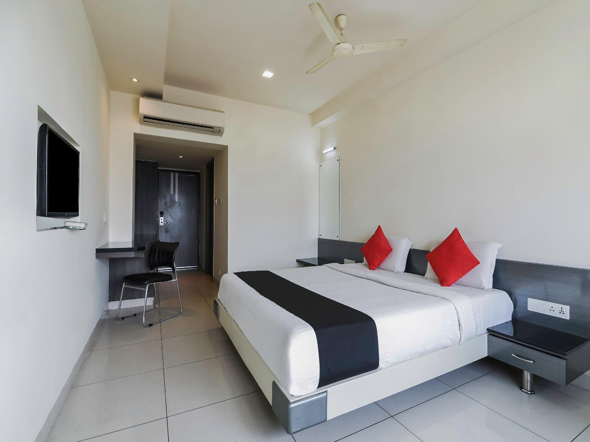 Capital O 4493 Apple Hotel