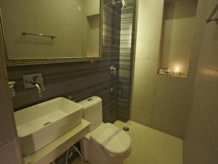 Ajanta Hotel New Delhi and NCR - Deluxe Room- bathroom
