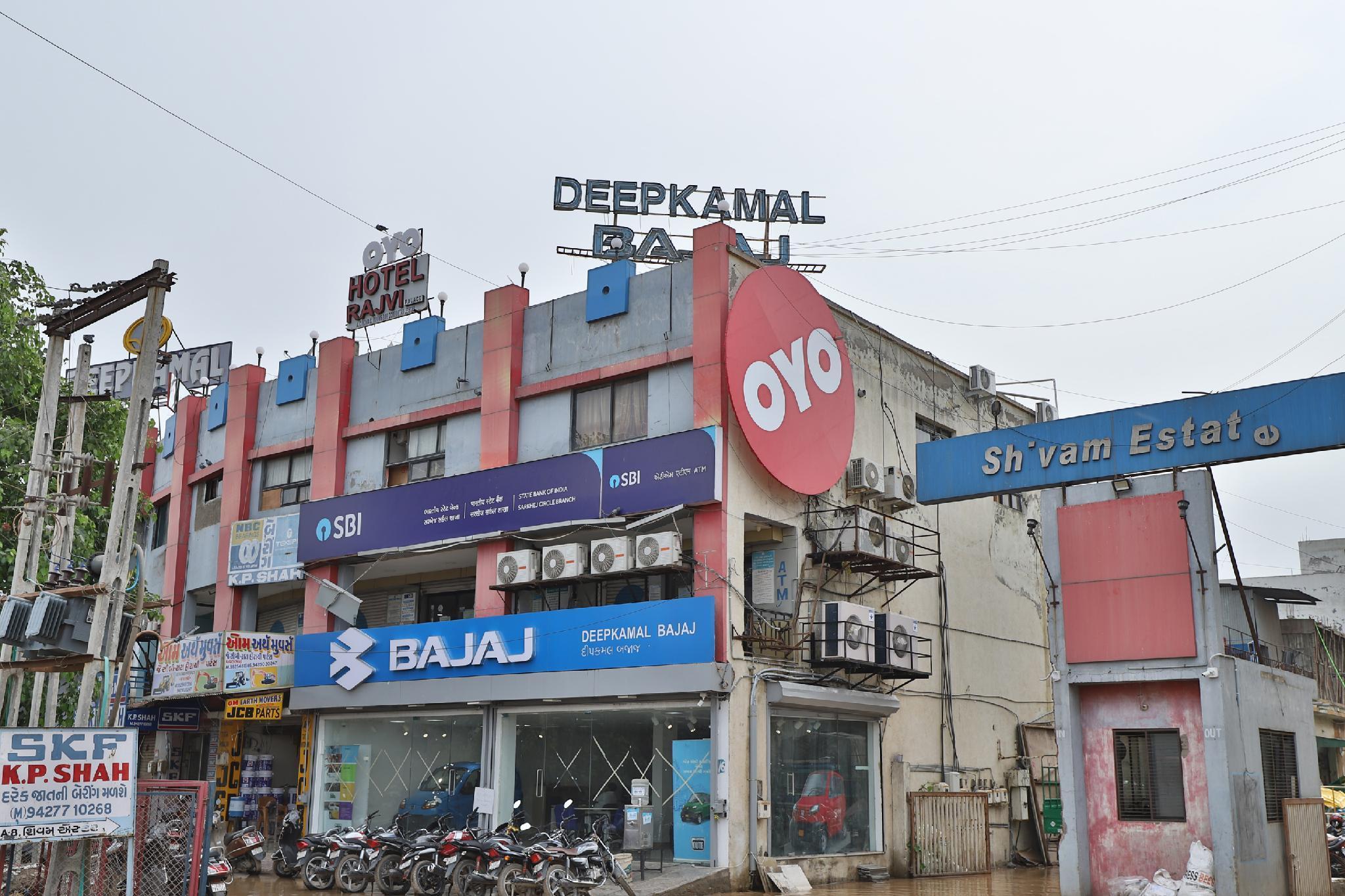 OYO 37271 Hotel Rajvi