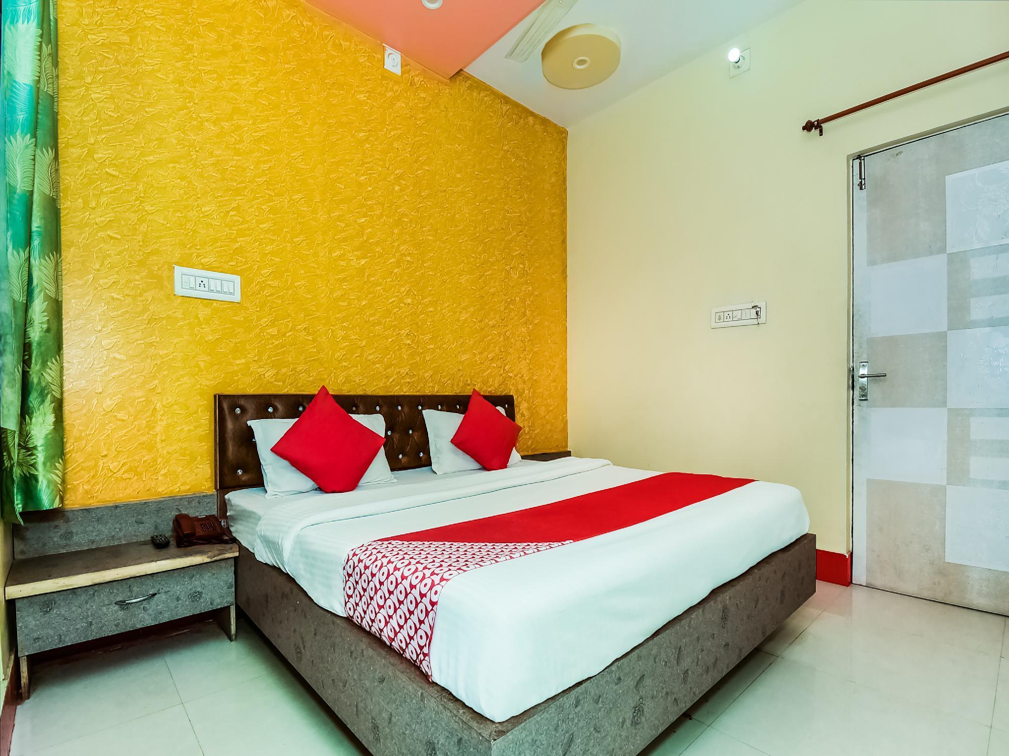OYO 37863 Hotel Dharam Palace