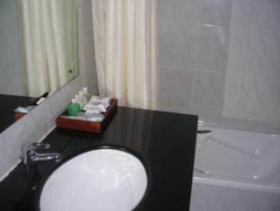 Hotel Suisse Kandy - Suite Bathroom
