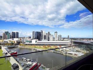 Фото отеля Melbourne Holiday Apartments Flinders Wharf