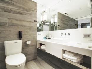 Nathan Hotel Hong Kong - Smart Room Bathroom